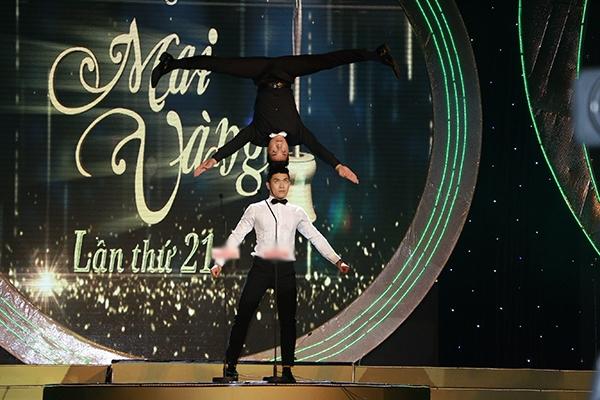 Tiết mục mở màn vô cùng ấn tượng của đêm trao giải với sự biểu diễn của hai NSƯT Quốc Cơ và Quốc Nghiệp. - Tin sao Viet - Tin tuc sao Viet - Scandal sao Viet - Tin tuc cua Sao - Tin cua Sao