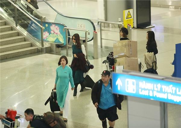 Diễm My khệ nệ xách hành lí ở sân bay - Tin sao Viet - Tin tuc sao Viet - Scandal sao Viet - Tin tuc cua Sao - Tin cua Sao