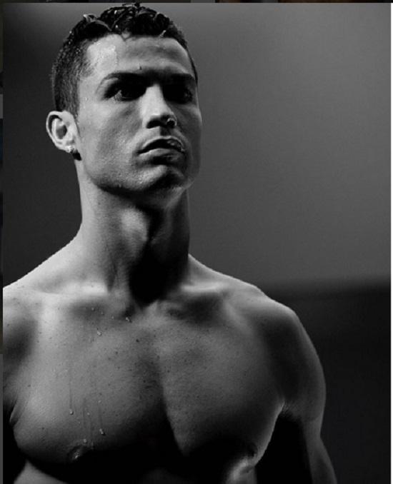 Ronaldo khiến fan thổn thức với vóc dáng chuẩn không cần photoshop