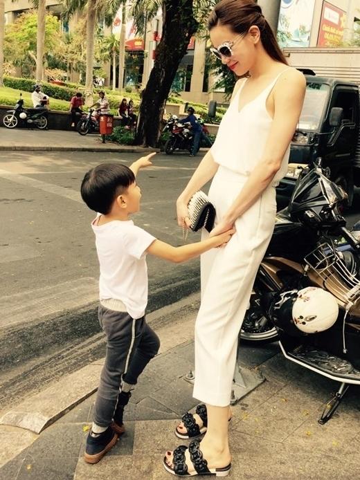 Thời gian rảnh rỗi,Hà Hồluôn tận hưởng những giây phút vui vẻ, thoải mái cùng cậu con trai bé bỏng của mình. - Tin sao Viet - Tin tuc sao Viet - Scandal sao Viet - Tin tuc cua Sao - Tin cua Sao