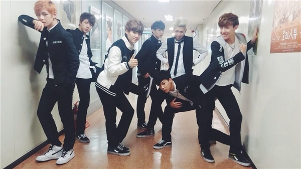 """Bề ngoài là những chàng trai lạnh lùng, cá tính là thế nhưng BTS cũng nhiều lần khiến các fan """"cười ra nước mắt"""" vì những kiểu tạo dáng không-phải-ai-cũng-dám-làm."""