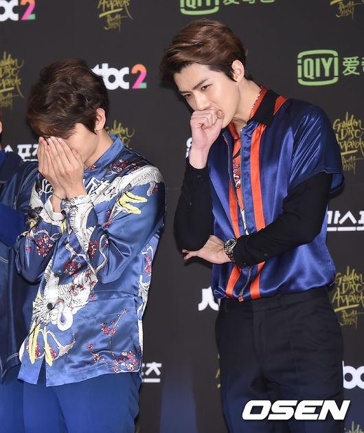 Các chàng trai EXO mỗi người một kiểu thi nhau mang đến cho các fan và khán giả màn tạo dáng thảm đỏ buồn cười nhưng vô cùng đáng yêu.