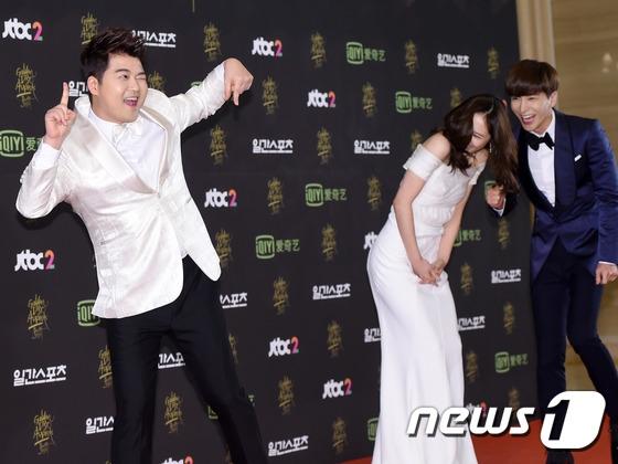 """MC Jun Hyun Moo quá khích tạo dáng """"xì tin"""" khiến Krystal (f(x)) và Leeteuk (Super Junior) đứng kế bên cũng phải phá lên cười và xấu hổ hộ."""