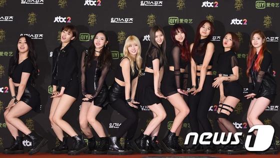 """9 cô gái xinh đẹp Twice cùng nhau tạo dáng theo ca khúc Like Ohh-ahh trên thảm đỏ khiến trái tim của hàng loạt fan nam phải """"tan chảy""""."""