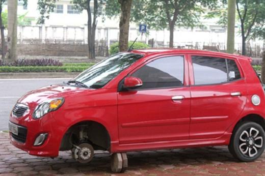 """Tên trộm này hẳn vừa được """"nâng cấp"""" từ trộm bánh xe máy sang bánh xe hơi nên còn lúng túng, quên là xe hơi có 4 bánh chăng? (Ảnh: Internet)"""
