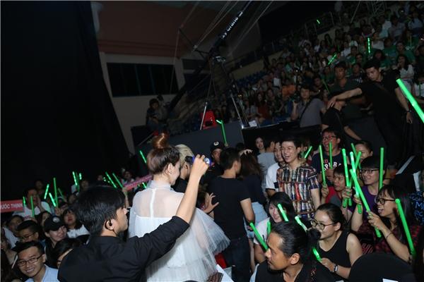 Cô thu hút lượng lớn người hâm mộ đi theo cổ vũ tại lần xuất hiện này. - Tin sao Viet - Tin tuc sao Viet - Scandal sao Viet - Tin tuc cua Sao - Tin cua Sao