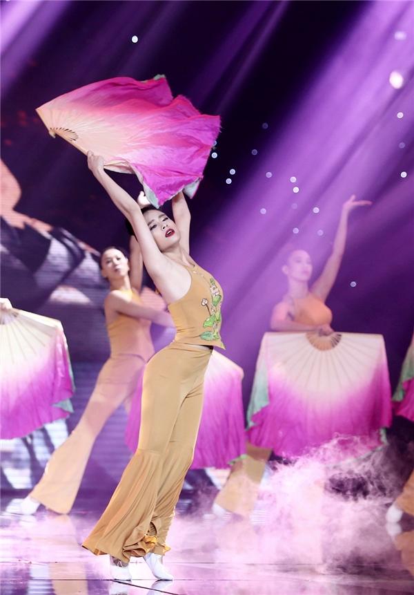 Hoàng Thùy Linh tự tin thể hiện màn độc diễn múa quạt vô cùng điêu luyện kích thích hiệu ứng thị giác. Những động tác uyển chuyển, nhịp nhàng chẳng khác vũ công chuyên nghiệp là bao. - Tin sao Viet - Tin tuc sao Viet - Scandal sao Viet - Tin tuc cua Sao - Tin cua Sao