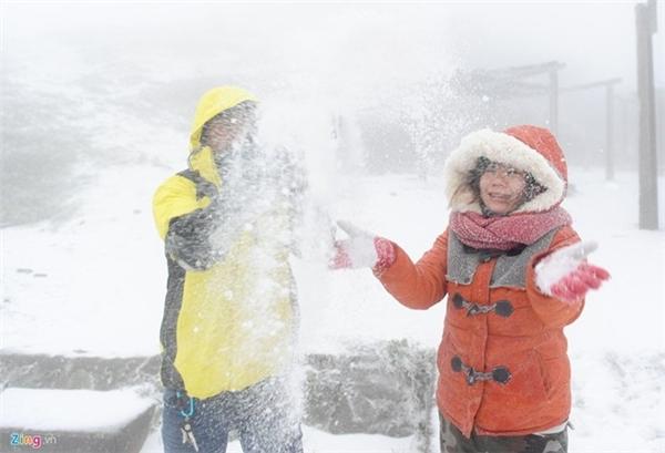 Nhiều du khách đang đổ về Sa Pa, Mẫu Sơn để xem tuyết rơi. Ảnh: Internet
