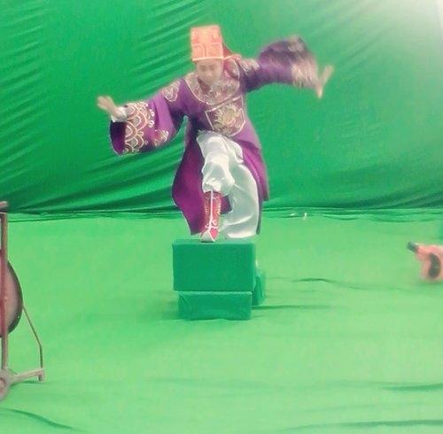 Nghệ sĩ Tự Long đang tạo dáng Táo cưỡi trên mây để đi lên thiên đình. Tấm phông xanh phía sau cho thấy, những cảnh quay này sẽ được dùng kĩxảo máy tính để mang đến cho khán giả những hình ảnh hấp dẫn. - Tin sao Viet - Tin tuc sao Viet - Scandal sao Viet - Tin tuc cua Sao - Tin cua Sao