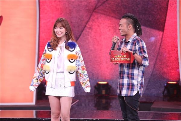 Phần thưởng của chương trình tuần này được Hari Won quyết định trao cho nhạc sĩ Vinh Sử. - Tin sao Viet - Tin tuc sao Viet - Scandal sao Viet - Tin tuc cua Sao - Tin cua Sao