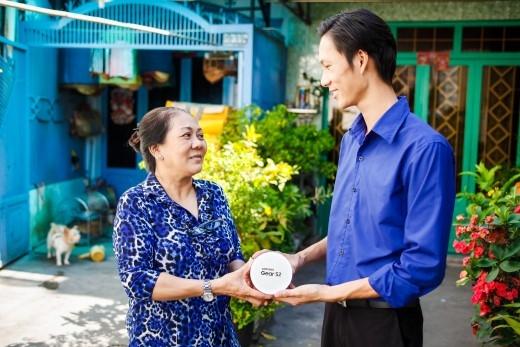 CôHồng vui mừng nhận Samsung Gear S2 từ đại diện Samsung.
