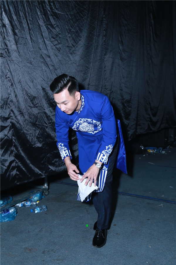 MC Thành Trung đã nán lại phía sau hậu trường sân khấu The Remix để thu gom rác thải. - Tin sao Viet - Tin tuc sao Viet - Scandal sao Viet - Tin tuc cua Sao - Tin cua Sao