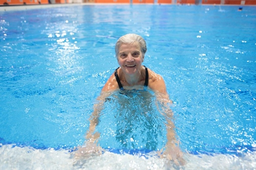 Người phụ nữ 60 tuổi này đã dũng cảm theo đuổi một sự nghiệp hoàn toàn mới mẻ. (Ảnh: rzaki)