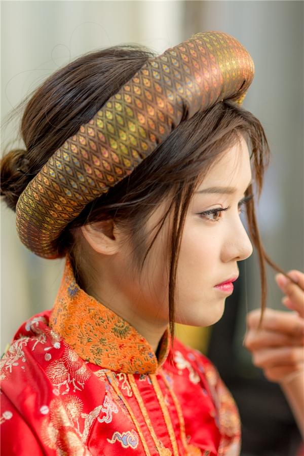 Nét đẹp cổ điển của Hoàng Yến Chibi khi diện áo dài truyền thống, kết hợp kiểu tóc vấn cao. - Tin sao Viet - Tin tuc sao Viet - Scandal sao Viet - Tin tuc cua Sao - Tin cua Sao