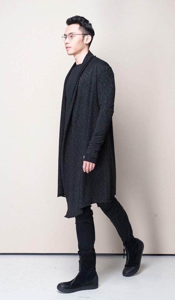 Bộ cánh tông xuyệt tông gam màu đen mạnh mẽvới chiếc áo cardigan dáng dàilà điểm nhấn hoàn hảo.