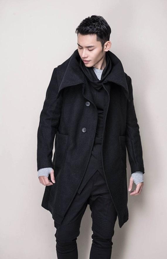Mạnh Khang vô cùng thông minh khi lựa chọn cho mình mẫu áo măng tô cách điệu. Chiếc áo giúp anh chàng tăng vẻ lãng từ đồng thời hàng khuy áo làm bật nên sự mạnh mẽ, nam tính.