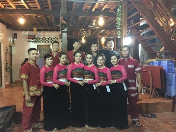 Hà Nhung(thứ 4từ trái sang) thường xuyên tham gia các hoạt động văn nghệ, từ thiện do địa phương tổ chức. (Ảnh: Internet)