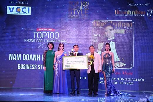 """Giải """"Nam doanh nhân của năm"""" – giải thưởng cao nhất của chương trình đã được trao cho ông Trần Văn Mười - Chủ Tịch HĐQT - TGĐ Tập đoàn quốc tế Năm Sao."""