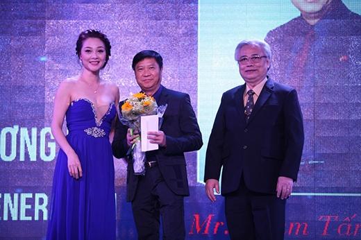 """""""Doanh nhân vì thế hệ tương lai"""" là giải thưởng gắn liền với chủ đề của chương trình đã thuộc về Chủ tịch - TGĐ hệ thống Anh văn Hội Việt Mỹ - ông Phạm Tấn Nghĩa."""