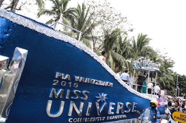 Chiếc xe diễu hành có kích thước khá lớn, có gắn tên Pia Wurtzbach và danh hiệu Hoa hậu hoàn vũ của cô.