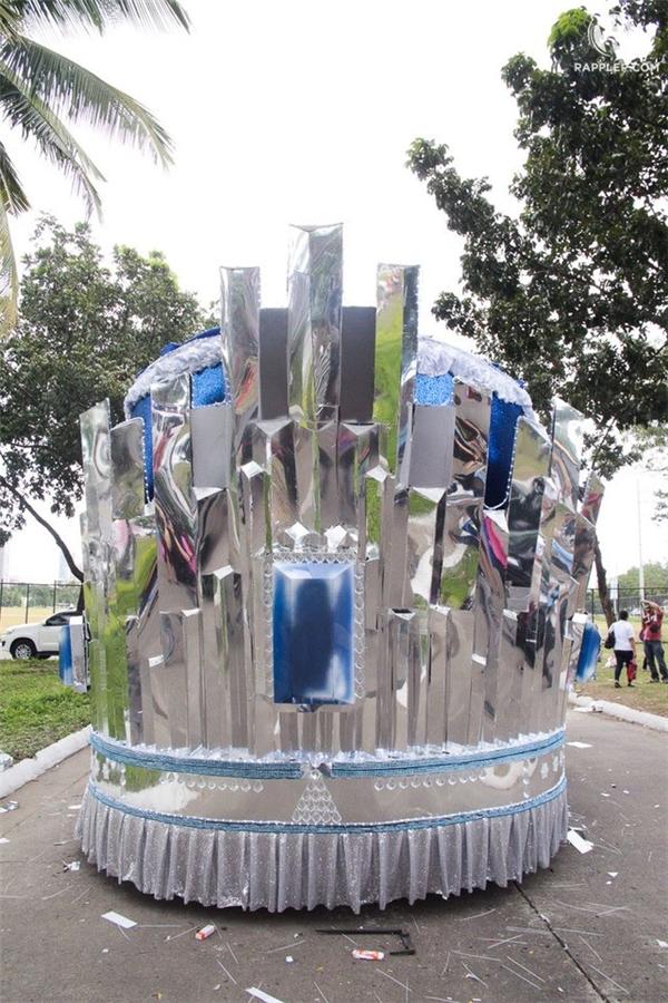 Chiếc xe diễu hành nhìn từ phía sau. Nó được thiết kế cách điệu từ hình ảnh vương miện đăng quang.