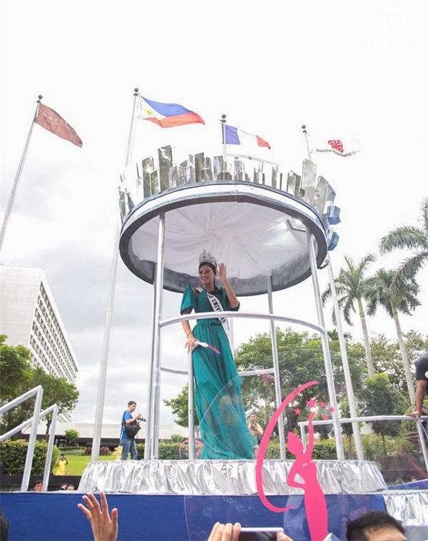 Tân Hoa hậu hoàn vũ nổi bật trong bộ đầm xanh của nhà thiết kế Albert Andrada, liên tục mỉm cười và vẫy tay chào người dân Manila.