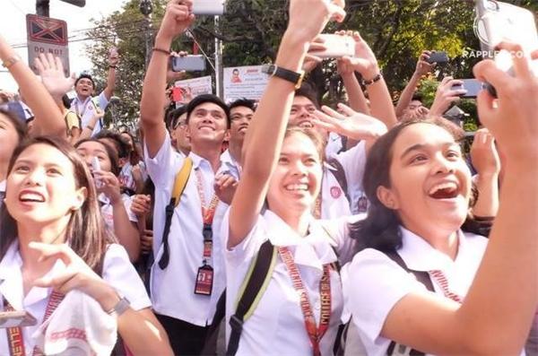 Đám đông háo hức chen nhau chụp ảnh Hoa hậu. Về nước từ ngày 23/1, Pia Wurtzbach sẽ ở lại Philippines đến ngày 31/1.