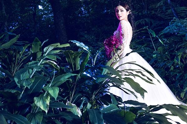 Mới đây, Hoa hậu Việt Nam 2014 tiếp tục khiến công chúng, người hâm mộ bất ngờ khi mang đến vẻ ngoài vừa lộng lẫy, kiêu sa nhưng không kém phần gợi cảm, quyến rũ trong những chiếc váy cưới trắng tinh. Đặc biệt trong những ngày đầu năm khi mùa cưới đang diễn ra rộn rã, chắc chắn Kỳ Duyên sẽ mang đến những gợi ý tuyệt vời cho các cô gái.