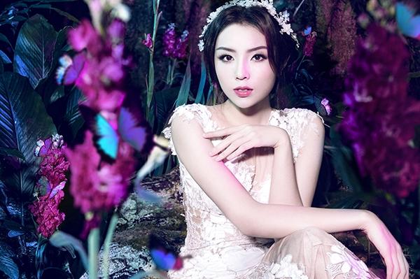 Cận cảnh vẻ đẹp ma mị, ngọt ngào của Hoa hậu Việt Nam 2014 với kiểu trang điểm lấy tông hồng làm chủ đạo.