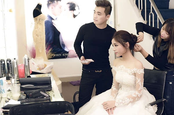 Kiểu trang điểm hợp xu hướng này được đích thân John Kim thực hiện cho Kỳ Duyên. Trong suốt quá trình dự thi Hoa hậu Việt Nam 2014, John Kim cũng chính là người đồng hành giúp Kỳ Duyên có thể tỏa sáng trên sân khấu.