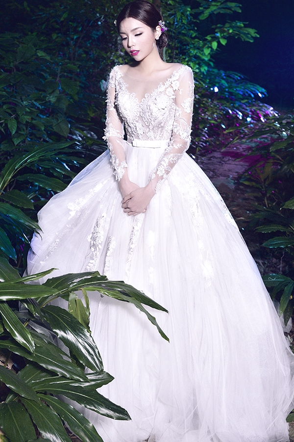 Kỳ Duyên như công chúa bước ra từ chuyện cổ tích trong dáng váy bồng xòe kết hợp những chi tiết ren đính kết kì công.