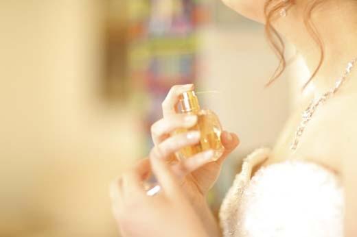 Bạn không nên xịt nước hoa lên da(Ảnh: Internet)