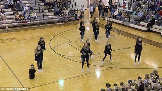 Gabe vẫn có thể thoải mái tham gia đội nhảy cổ vũ của trường. (Ảnh: Internet)