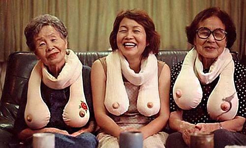 Các cụ bà rất thích dùng chiếc khăn độc đáo này bởi chúng có thể giúp họ hoài niệm về một thời nóng bỏng