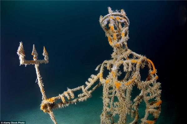 Vị thần biển Neptune trong thần thoại Hy Lạp đang cầm đinh ba đầy quyền lực.(Ảnh: Daily Mail)