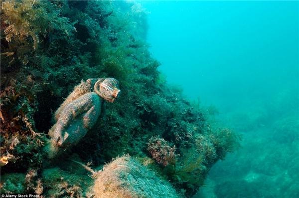 Bất chợt, bức tượng người thợ lặn như lao ra từ trong rặng san hô…(Ảnh: Daily Mail)