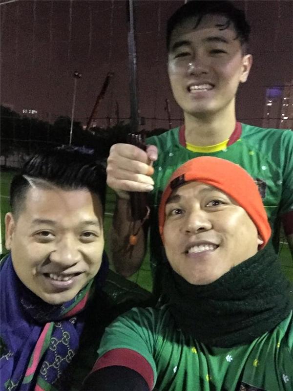 Tuấn Hưng vui vẻ selfie cùng các cầu thủ. - Tin sao Viet - Tin tuc sao Viet - Scandal sao Viet - Tin tuc cua Sao - Tin cua Sao