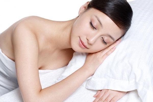 Đặt một quả cam trên đầu giường giúp giấc ngủ ngon và sâu hơn. (Ảnh: Internet)