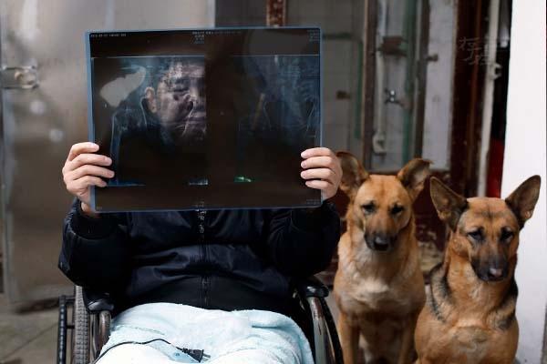 Năm 2001, anh nhận nuôi một đôi chó Côn Minh. Trải qua huấn luyện, hai chú chó này đã có thể kéo xe đẩy, giúp anh ra phố mua đồ, đi dạo... Chúng có thể chạy với tốc độ 10km liên tục trong một giờ đồng hồ. Người ta víhai chú chógiống như đôi chân thứ hai của Phương Kiến Quốc.
