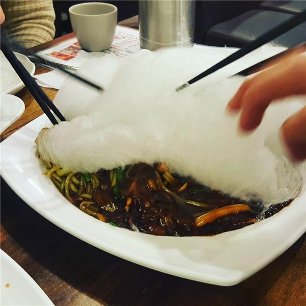 Thực chất, đầu bếp chỉ đặt một lớp kẹo bông dày lên trên dĩa mì tương đen.(Ảnh: Instagram)
