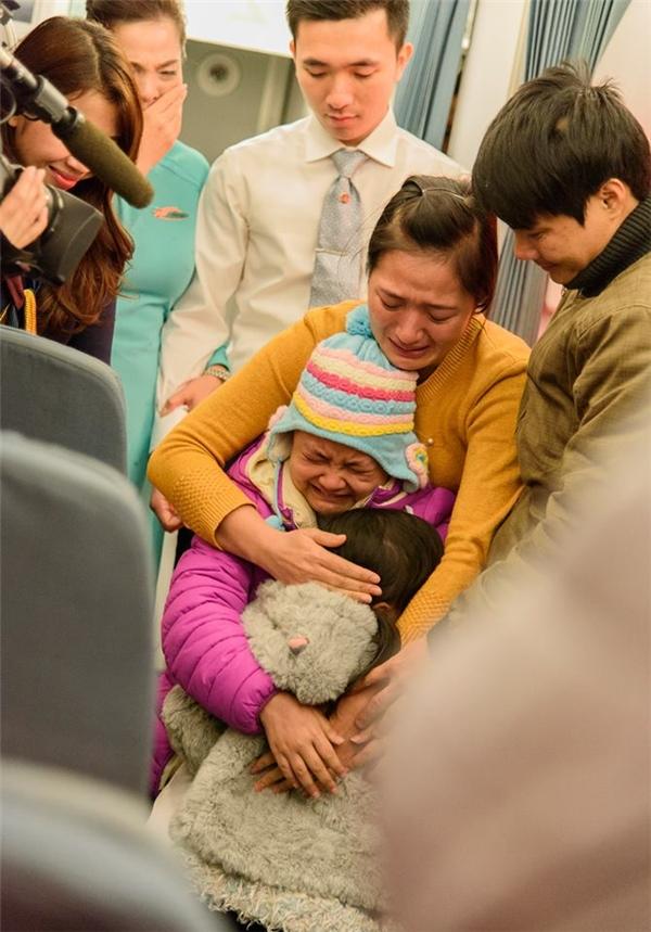 Khoảnh khắc gia đình Khánh Linh ôm nhau và òa khóc khiến cho tất cả những ai nhìn thấy đều xúc động.(Ảnh: Internet)