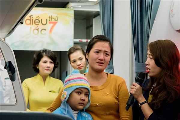 Xót xa nhìn cô bé ung thư trọn ước mơ trở thành tiếp viên hàng không