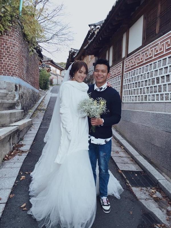 """Trong một buổi chụpảnhváy cưới, Linh Chi cũng phải xài chiêu """"trùm mền"""" để chống chọi với cái lạnh đến cắt da cắt thịt. (Ảnh: Internet) - Tin sao Viet - Tin tuc sao Viet - Scandal sao Viet - Tin tuc cua Sao - Tin cua Sao"""