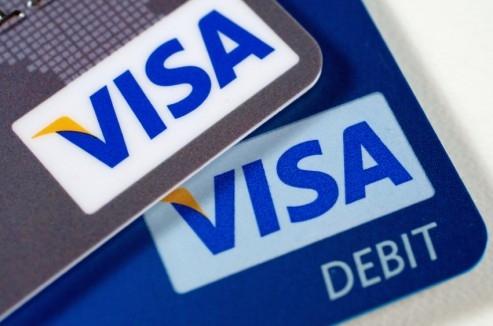 6. Sử dụng thẻ tín dụng (credit card) và thẻ ghi nợ (debit card), vì hai chiếc thẻ này sẽ giúp bạn không bị mất một khoản tiền vô ích khi rút tiền ở nước ngoài.(Ảnh minh họa - Nguồn: Internet)