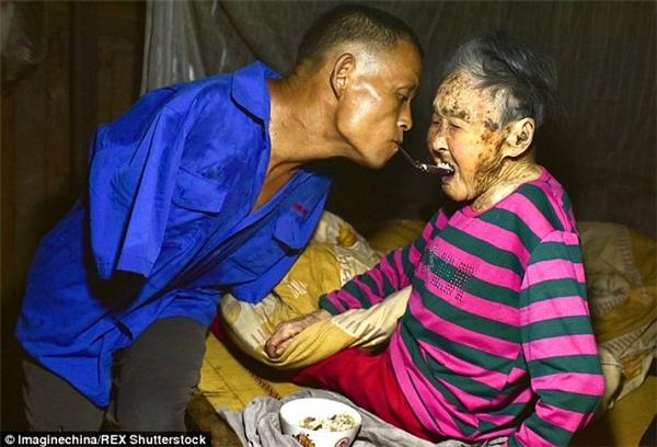 Người đó là anh Chen Xinyin, sống tại Trùng Khánh, phía Tây Nam Trung Quốc. Từ khi lên 7 tuổi, anh Chen Xinyin không may bị điện giật và mất hai cánh tay. Ảnh: Internet