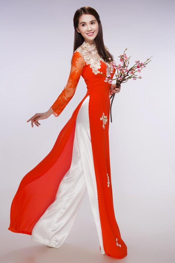 Ngọc Trinh diện sắc đỏ nồng nàn, quyến rũ kết hợp những họa tiết hoa tông vàng đồng sang trọng, quý phái.