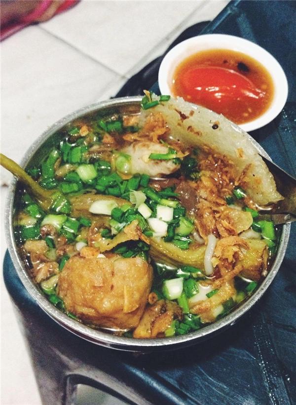 """Khổ qua cà ớt có xuất xứ từ Singapore, cũng là một món nổi đình nổi đám ở quận 5. Cũng như phá lấu bò, canh bún, khổ qua cà ớtcũng là một trong những món """"ăn ở lề đường mới thấy ngon"""". Một chén thập cẩm sẽ gồm khổ qua,đậu bắp nhồi chả cá, ớt dồn thịt, đậu hũ, da heo... bạn có thể ăn không hoặc cùng mì gói để no hơn.(Ảnh: Internet)"""