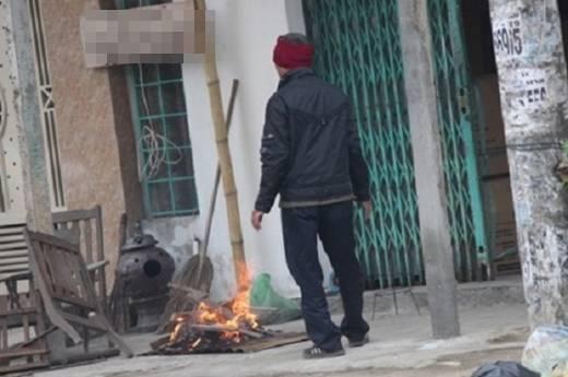 Do thời tiết quá lạnh nên nhiều người đã đốt lửa sưởi ấm.