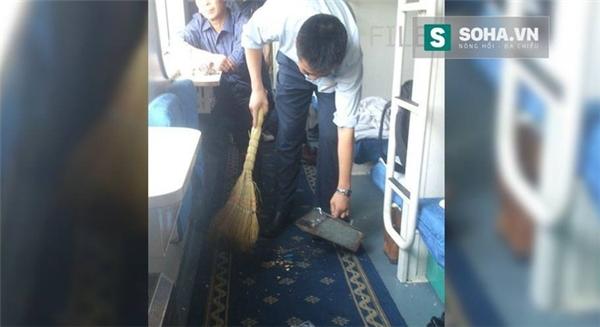 Nhắc nhở hành khách không xả rác trên tàu và cái kết gây phẫn nộ