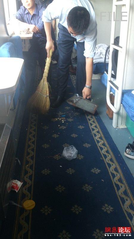 Tiếp viên họ Gu nhắc nhở hành khách không xả rác nhưng lại bị mắng chửi thậm tệ.